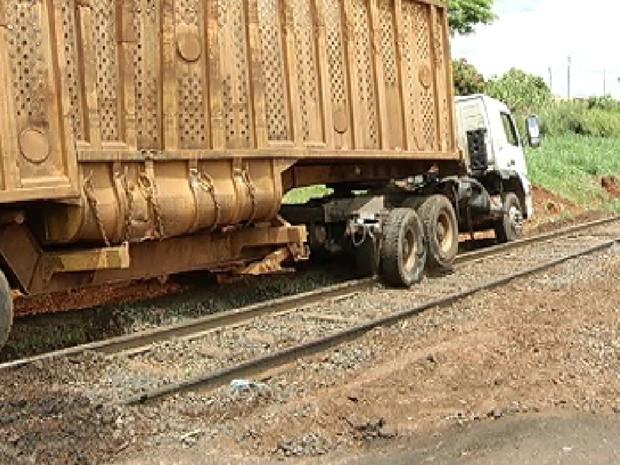 Caminhão de cana teve de ser retirado dos trilhos por um trator (Foto: Reprodução/TV Tem)