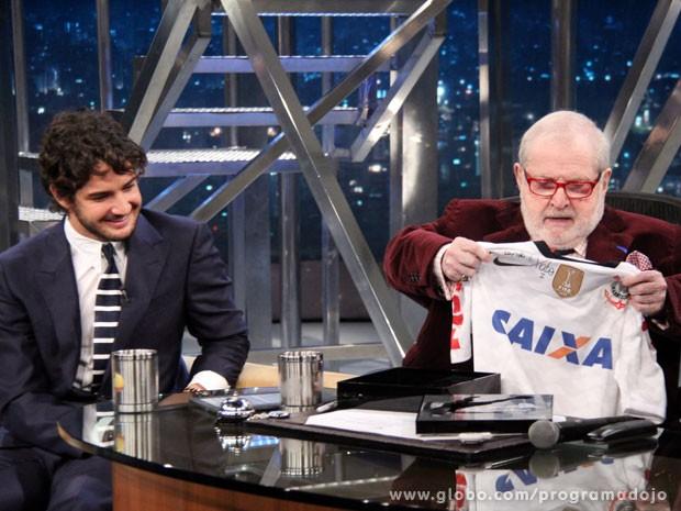 Pato presenteia Jô Soares com uma camisa do Corinthians (Foto: TV Globo/Programa do Jô)