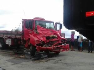 Motorista e passageira deste caminhão vermelho ficaram feridos na BR-232, em Moreno, e foram socorridos (Foto: Divulgação/Polícia Rodoviária Federal)
