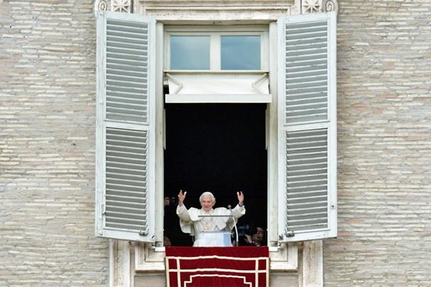 Bento XVI aparece em janela do Vaticano para conceder benção dominical aos fiéis presentes na Praça de São Pedro (Foto: Alberto Pizzoli/AFP)