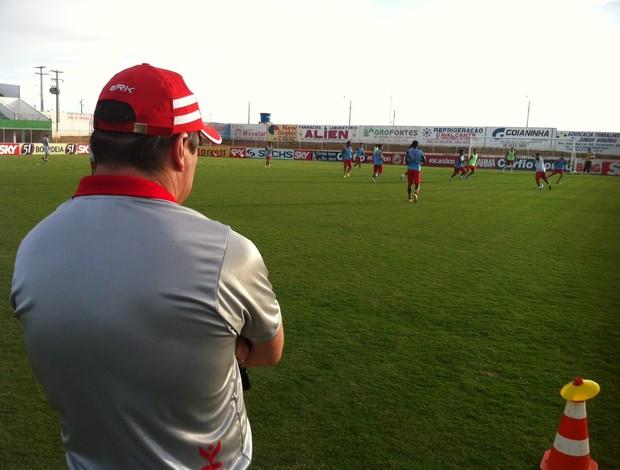 Pintado, técnico do América-RN, observa treino no Nazarenão (Foto: Tiago Menezes)