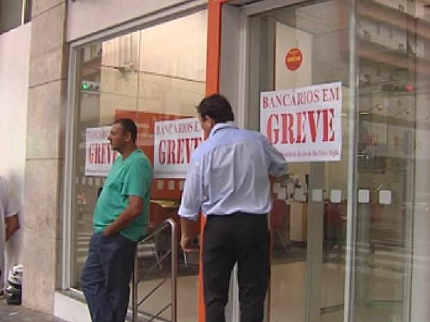 Bancários de Rio Preto estão de greve (Foto: Reprodução/ TV TEM)