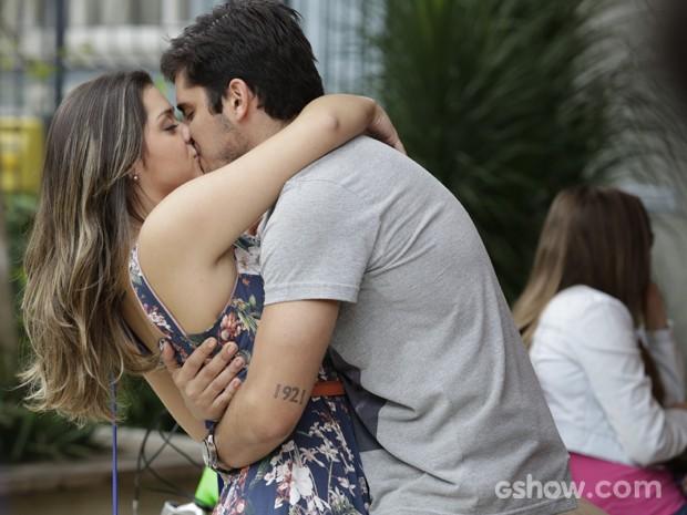 André beija Bárbara (Foto: Fábio Rocha / TV Globo)