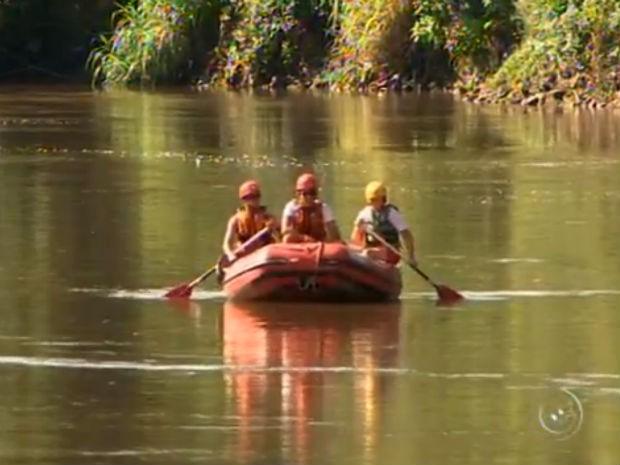 Buscas pelo menino de 10 anos que caiu no rio já duram mais de 24 horas (Foto: Reprodução/TV TEM)