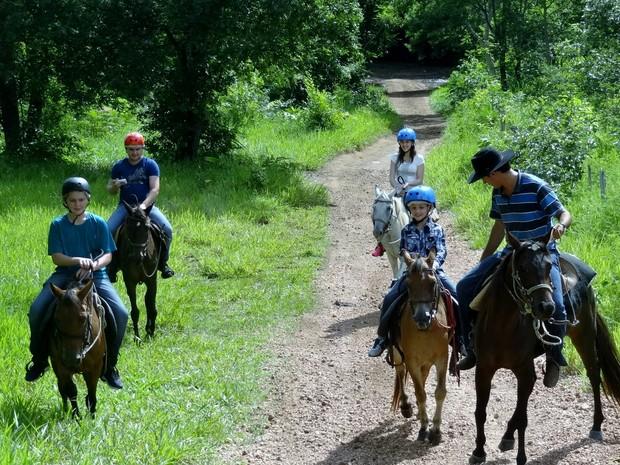 Passeio a cavalo está entre os atrativos que levam o turista a conhecer mais sobre a fauna e flora de Bonito (Foto: Divulgação/Secretaria de Turismo de Bonito)