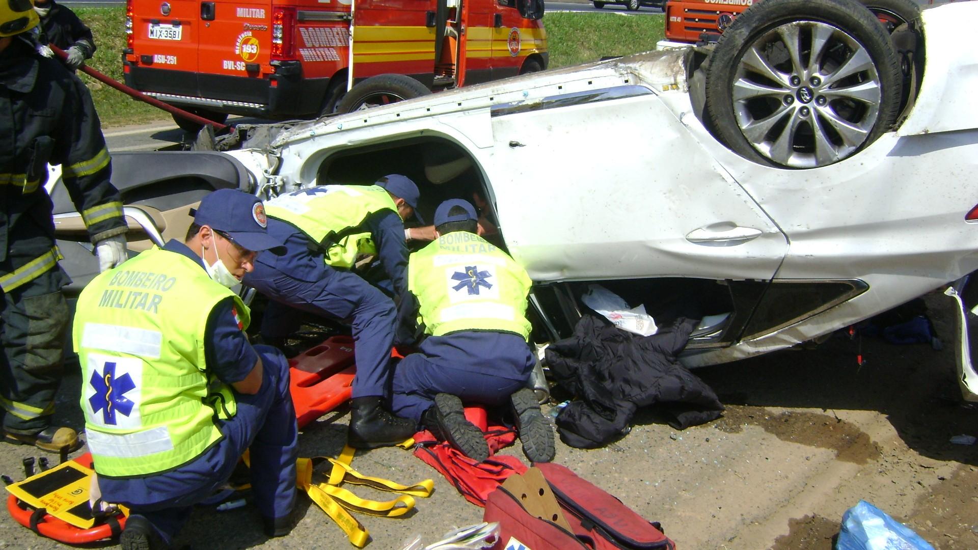 Motorista do Azera foi socorrido por bombeiros  (Foto: Corpo de Bombeiros/Divulgação)