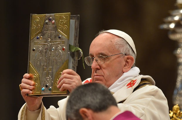 O Papa Francisco reza missa nesta quinta-feira (28) na Basílica de São Pedro, no Vaticano (Foto: AFP)