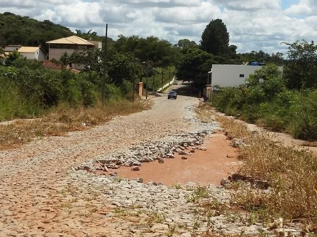 Divinópolis, buracos, Divinópois, moradores (Foto: Anna Lúcia Silva/G1)