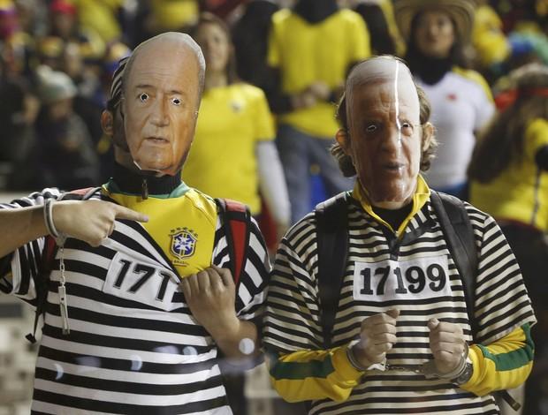 Torcedores fantasiados de Blatter e Marin