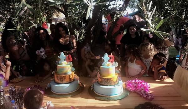 A mesa do bolo de aniversário de Penelope Disick e North West (Foto: Reprodução/Snapchat)