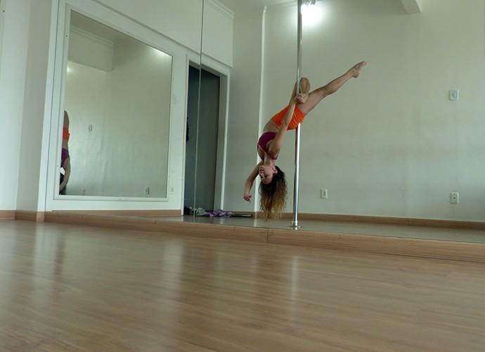 Atriz mostra elasticidade na aula de pole dance (Foto: Julio Peixoto)