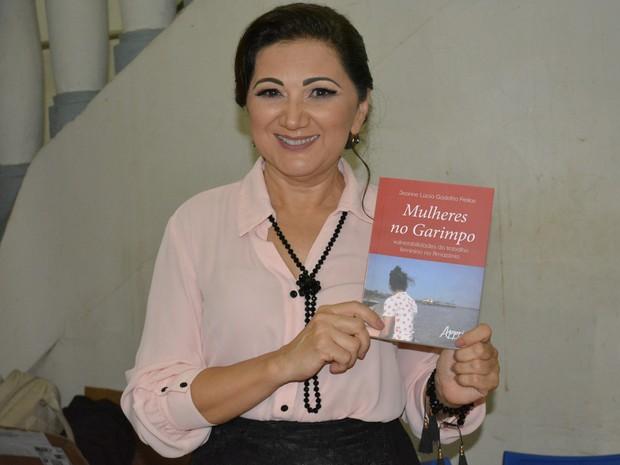 Autora do livro Jeanne Lúcia Gadelha Freitas (Foto: Sara Cicera/G1)