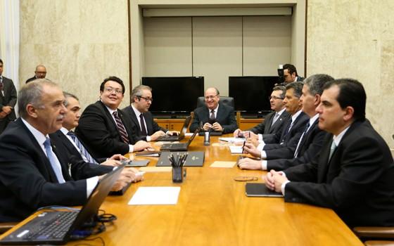 Ilan Goldfajn (ao centro), presidente do Banco Central, na primeira reunião do Comitê de Política Monetária (Copom), sob seu comando (Foto: Marcelo Camargo/ABr)