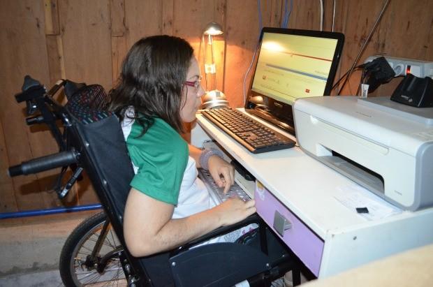 Aurilene adaptou o computador e tem o sonho de lançar um livro (Foto: Magda Oliveira/G1)