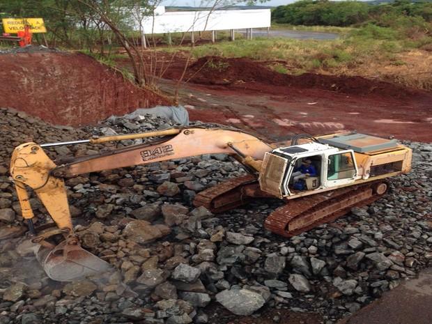 Equipes do DER-PR estão trabalhando no trecho da PR-317, em Iguaraçu (Foto: Divulgação/ DER)