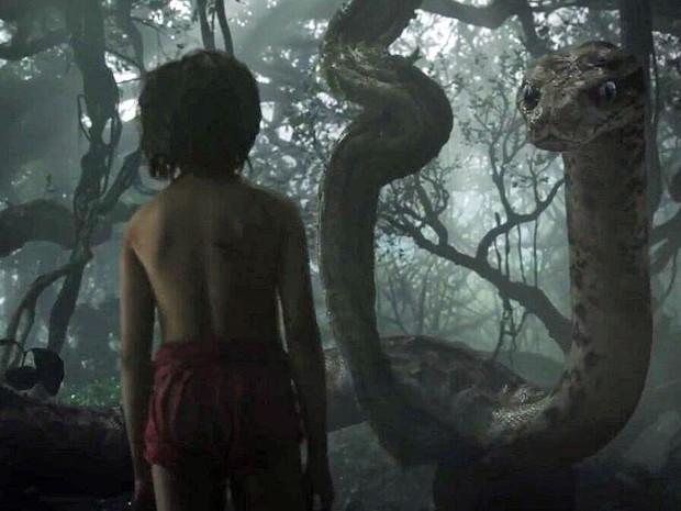 Mogli (Neel Sethi) encontra a serpente Kaa em cena do filme 'Mogli - O menino lobo' (Foto: Divulgação)