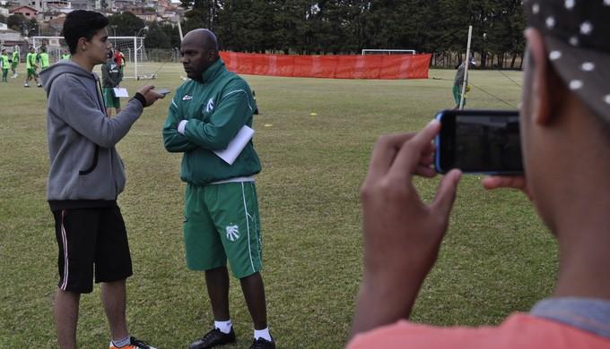 Jogadores e integrantes da comissão técnica falaram sobre racismo no futebol para alunos, em Poços de Caldas (MG). (Foto: Lúcia Ribeiro)