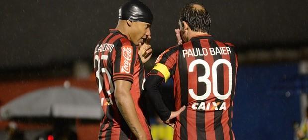 Zagueiro Luiz Alberto e meia Paulo Baier, do Atlético-PR (Foto: Site oficial do Atlético-PR/Gustavo Oliveira)