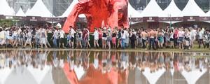 Fãs encaram chuva e lama para  ver sertanejos em festival em SP (Flavio Moraes/G1)