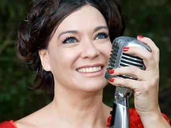 """Cantora pernambucana Camilla Inês apresenta nesta terça (9) às 20h, em Brasília, músicas do CD """"Jazzmine"""" (Foto: Kenia Ribeiro/Divulgação)"""