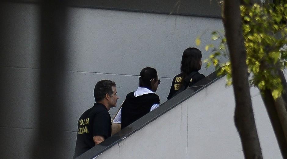 Rio de Janeiro - A ex-primeira dama Adriana Ancelmo, alvo de condução coercitiva, chega à sede da Polícia Federal (Foto: Tânia Rêgo/Agência Brasil)