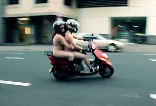 Eles tiraram a roupa dentro de uma campanha chamada Naked Me. (Foto: Reprodução)