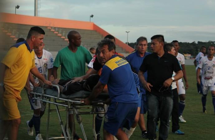 Ambulância fica no prego ao prestar socorro a jogador do Campeonato Amazonense (Foto: Isabella Pina)