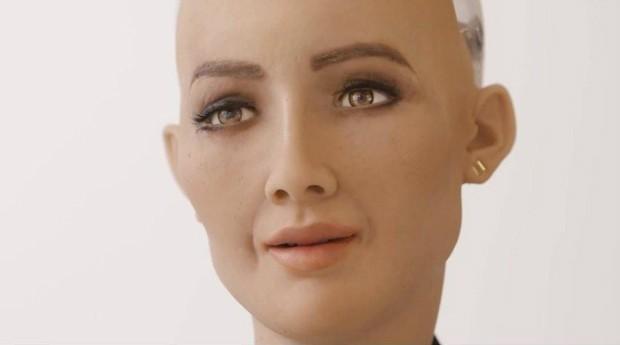 Sophia possui um sistema de inteligência artificial capaz de aprender a expressar emoções (Foto: Divulgação)