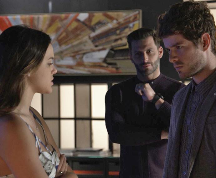 O tempo fecha quando Gabo entra na sala e flagra Mari e Benjamin juntos (Foto: TV Globo)