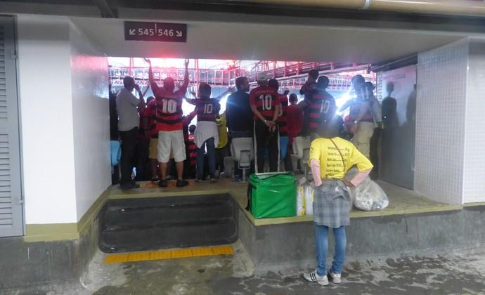 Diversos acessos foram bloqueados por torcedores assistindo ao jogo em pé na área de passage (Foto: Vicente Seda)