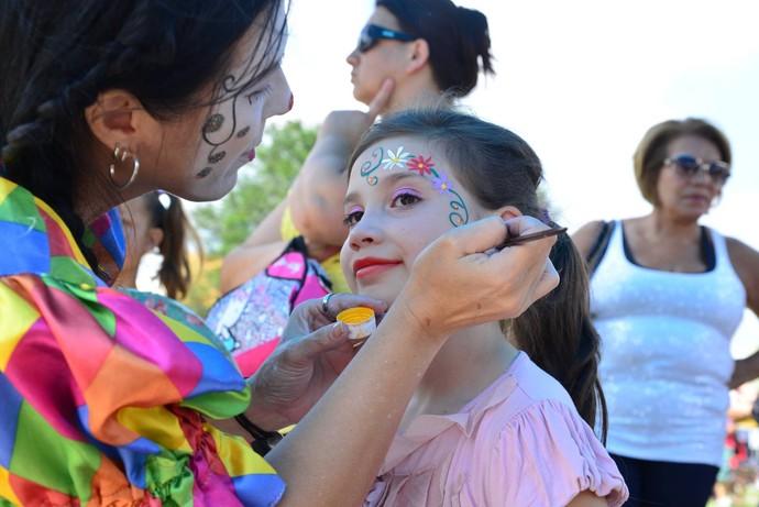 No camarim de pintura as crianças capricham no visual  (Foto: Priscilla Fiedler/RPC)