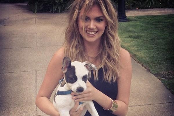 Pode ser até bem discreto, mas a modelo e atriz Kate Upton deu uma retocada no braço direito sim! (Foto: Reprodução/Instagram)