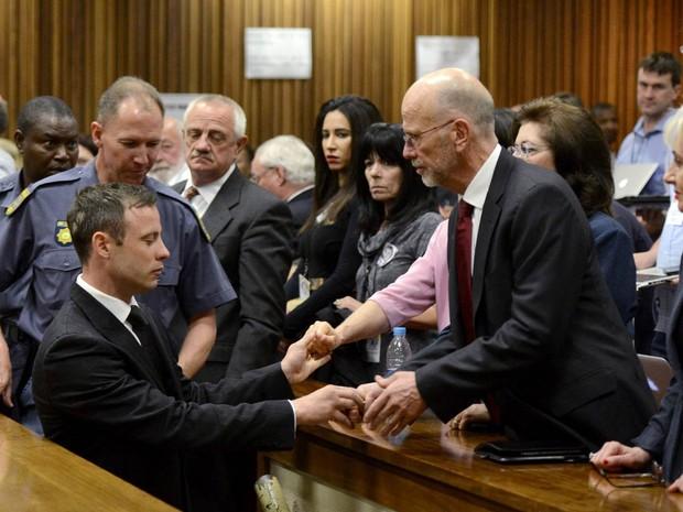 Oscar Pistorius é consolado por seus familiares após ser condenado a 5 anos de prisão pelo assassinato da namorada, a modelo Reeva Steenkamp. A sentença foi dada em um tribunal de Pretória, na África do Sul (Foto: Herman Verwey/Pool/Reuters)