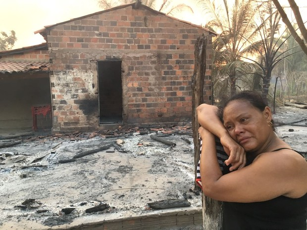 Francisca Pereira perdeu sua casa para o fogo, no Piauí (Foto: Vinicius Vainner/TV Clube)