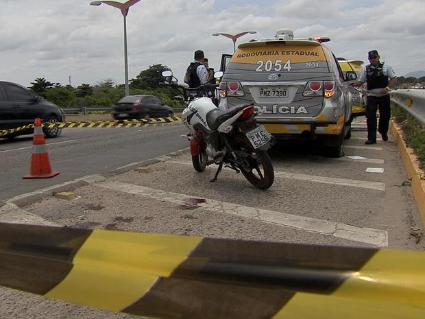 Troca de tiros em blitz deixa homem morto e policiais feridos em Fortaleza (Foto: Reprodução/TV Verdes Mares)