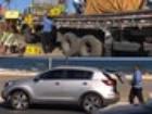 Homem em carro importado saqueia carga de cerveja com populares na BA