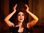Roberta Sá interpreta três fantasias em ensaio onde a elegância é enredo