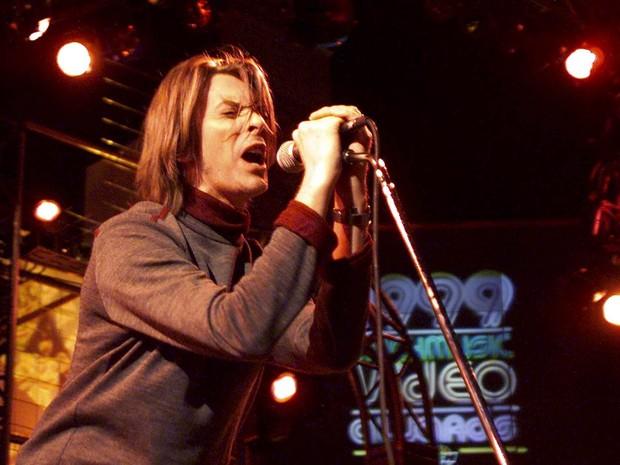 David Bowie canta em show na premiação musical Much Music em setembro de 1999, em Toronto, no Canadá (Foto: Andy Clark/Reuters/Arquivo)