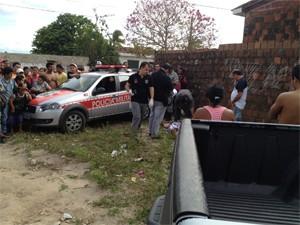 Homem foi perseguido e morto em terreno baldio (Foto: Walter Paparazzo/G1)