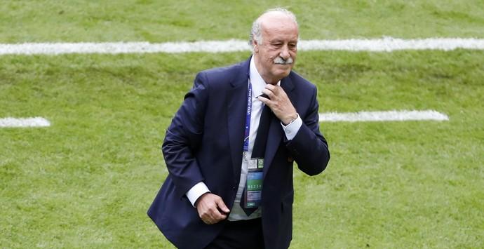 Vicente del Bosque aperta o colarinho na derrota da Espanha para a Itália (Foto: REUTERS/Charles Platiau )