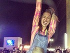 Fernanda Paes Leme curte show de Bon Jovi no cangote de músico