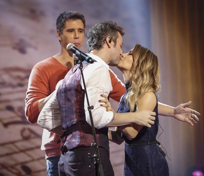 Sandy dá selinho em Lucas Lima no 'Tamanho Família' (Foto: Raphael Dias / Gshow)