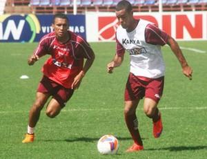 Maxwell e Pingam disputam bola no treino do CRB (Foto: Divulgação CRB)