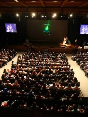 Cerimônia ocorreu no Teatro Pedro Ivo (Foto: Agência RBS)