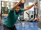 Nando Rodrigues sua a camisa e mostra um dia de treino pesado para viver atleta