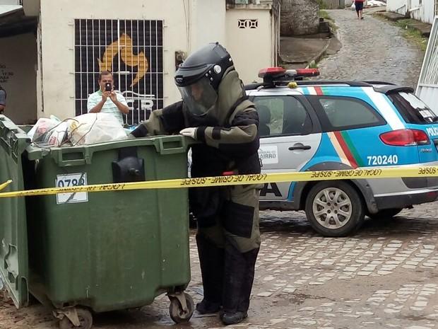 PM removeu cartuchos de emulsão explosiva em depósito de lixo em Olinda (Foto: Bruno Lafayete/WhatsApp)