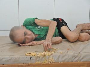 Idoso mexe em comida despejada em cama  (Foto: Tiago Teles/ Ascom MP-AC)
