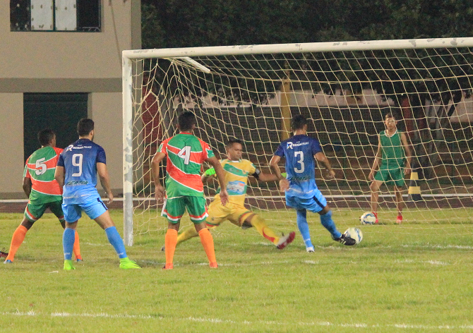 Max Ceni ainda no primeiro tempo quando ajudou a fechar o gol de vários ataques do Mundão (Foto: Imagem/Tércio Neto)