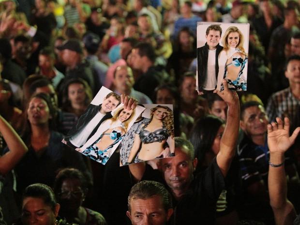 Comerciante vende cartaz com Joelma e Chimbinha (Foto: Jonathan Lins/G1)