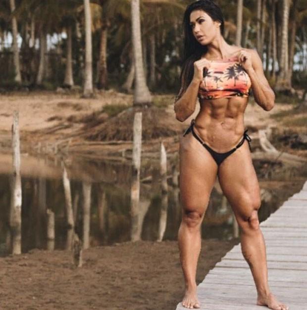 Uau! Gracyanne Barbosa exibe corpo saradíssimo de biquíni